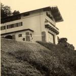Private Aufnahme des Berghofes von der Straße aus fotografiert